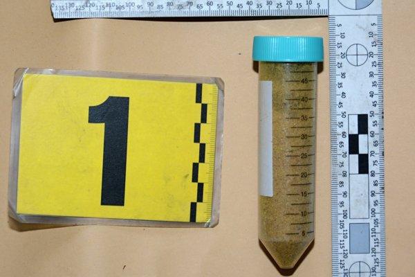 Pri osobnej prehliadke muž vydal plastovú uzatvárateľnú nádobu, v ktorej sa nachádzala hnedá kryštalická látka.