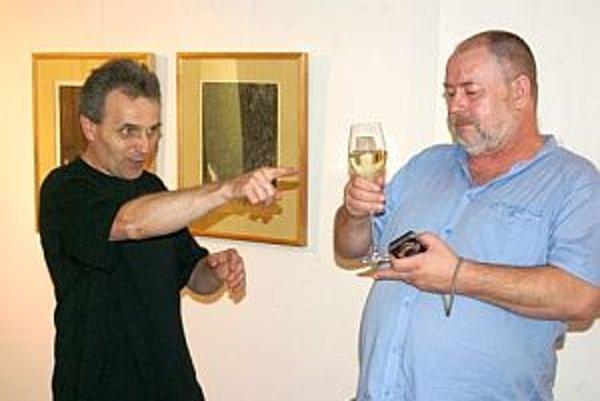 Adam Pociecha  (vľavo) tvrdí svojmu priateľovi Pawelovi Warcholovi, ktorý už v Považskej Bystrici vystavoval, že nielen vo víne je pravda. Obaja o tom druhom hovoria, že je  veľmi dobrý grafik. Zistiť to mohli najmä návštevníci výstav týchto špičkových po