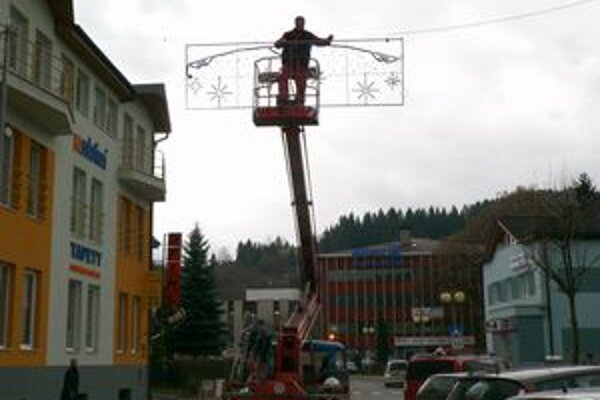 Vianočné osvetlenie. Mesto ho chce rozsvietiť dnes večer.