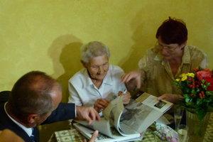 Keďže rada číta, dostala aj knihu s jej obľúbenou témou druhej svetovej vojny a SNP.