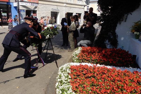 Na snímke čestná stráž prezidenta SR ukladá vence k pamätnému miestu na Námestí sv. Egídia, kde pred 50 rokmi zabili sovietskí vojaci Jozefa Bonka