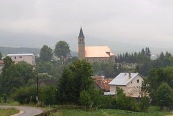 Aj v nepriaznivom počasí sa ľuďom naskytne takýto pohľad – kostol je dobre vidieť vďaka novej medenej streche.