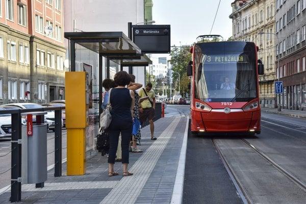 Obnovená zastávka Mariánska na Špitálskej ulici v Bratislave.