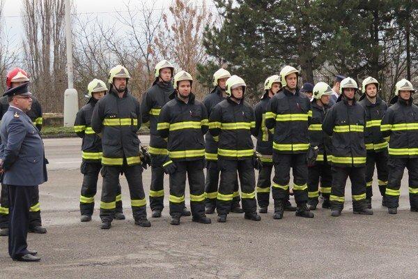 Topolčianski hasiči pri slávnostnom odovzdávaní stanice.