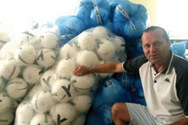 Predseda ZsFZ Ladislav Gádoši pózuje pri loptách od spoločnosti Dynamax. Dostanú ich víťazi všetkých súťaží dospelých a dorastu zo sezóny 2013/2014.