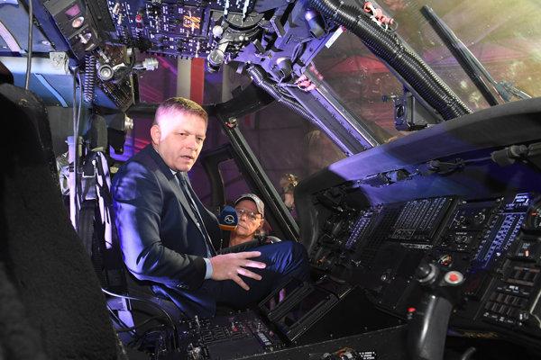 Robert Fico (Smer) vlani na otvorení školiaceho strediska pilotov vrtuľníkov v Košiciach.