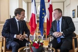 Francúzsky prezident Emmanuel Macron (vľavo) s dánskym premiérom Larsom Rasmussenom.