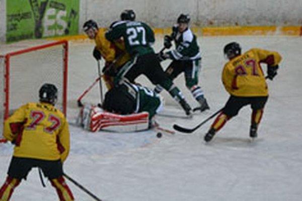 Tesne pred prvým gólom Topoľčian, Pavlíček doráža puk a posiela Topoľčany do vedenia 1:0.