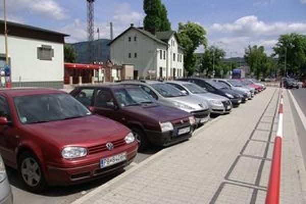 Zaparkovať pri železničnej stanici je nemožné. Tieto autá stáli na ňom minimálne šesť hodín.