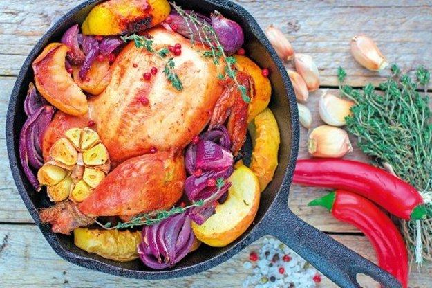 Pečené kurča na jablkách s rozmarínom