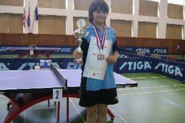 Patrik Bučko s pohárom a dvomi bronzovými medailami z Majstrovstiev Slovenska najmladších žiakov.