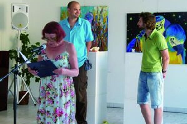 Kurátorka výstavy  Marta Hučková predstavila umelecké diela mladých umelcov.