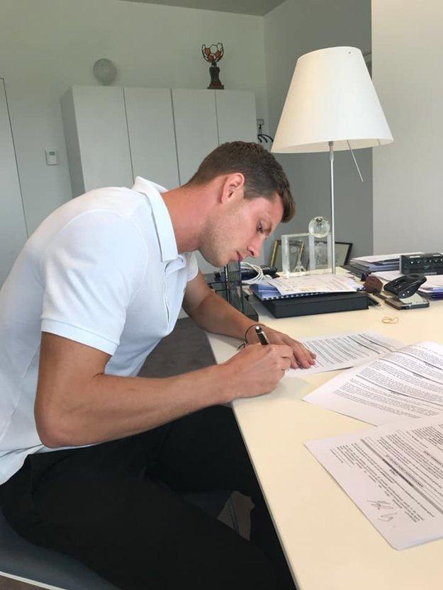 James Lawrence pri podpise nového kontaktu v Belgicku.