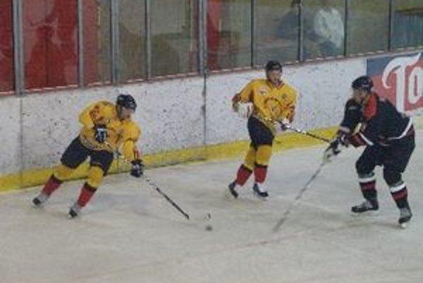 Hokejisti Topoľčian doma vyhrali. Kapitán Ondrej Lauko (vľavo) pridal jeden gól.