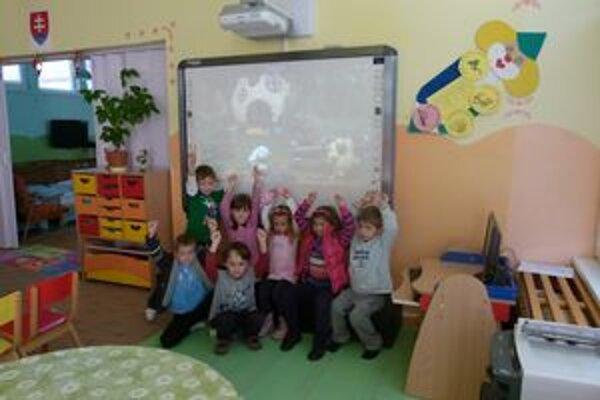 Škôlka získala tri interaktívne tabule.