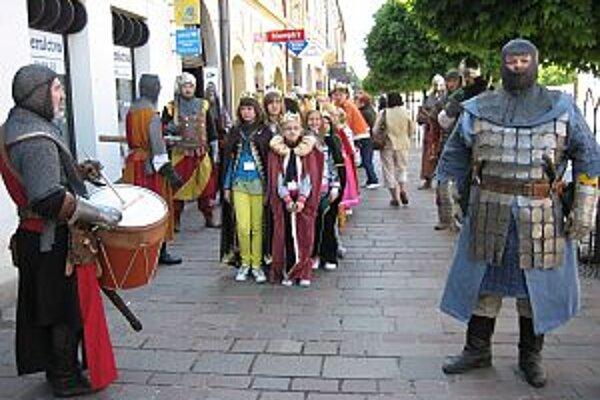 Králi pochodovali námestím Prešova v sprievode kráľovskej gardy a zbrojnošov.
