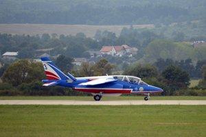 Člen skupiny Patrouille de France z Francúzska na lietadlách typu Dassault/Dornier Alpha Jet