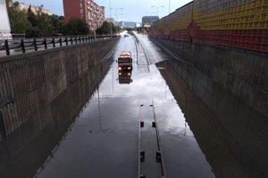 Zaplavený podjazd na Bajkalskej.