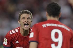 Thomas Müller sa teší z jedného z troch gólov Bayernu.