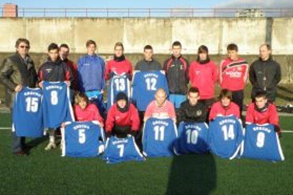 Mladí futbalisti Topoľčian sa pripravujú pod vedením trénera Romana Jakubičku.
