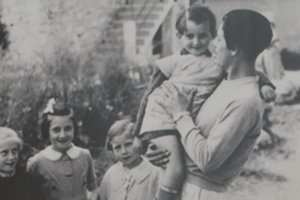 Karol Pajer s deťmi v domove vo Vence.