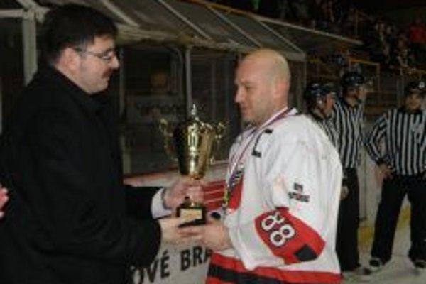 Hokejisti Partizánskeho vyhrali II. ligu seniorov. Pohár kapitánovi Vladimírovi Gálisovi  (vpravo) odovzdáva na Zimnom štadióne v Topoľčanoch primátor Partizánskeho Jozef Božik.