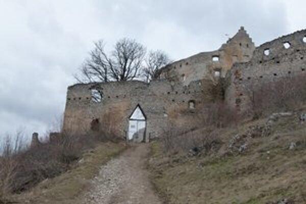 Práce na hrade budú pokračovať aj tento rok.