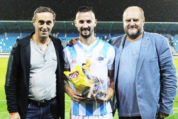 Futbalisti Nitry uspeli až vo svojom šiestom zápase ročníka - hlavne vďaka hetriku Tomáša Vestenického. Blahoželali mu Peter Paluch a Milan Červeň.