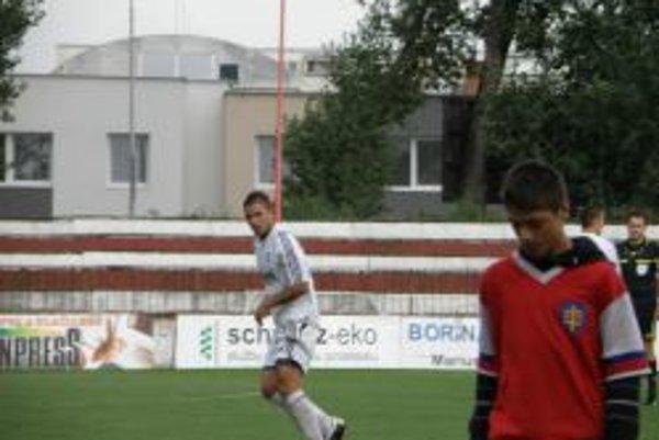 Martin Oršula (v bielom) strelil prvý gól Topoľčian.