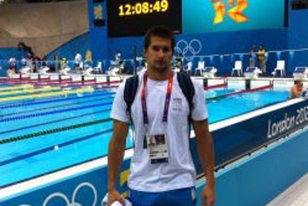 Tomáš Klobučník pri olympijskom bazéne v Londýne.