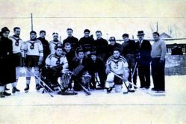 AC Juventus Topoľčany pred zápasom proti Trnave v roku 1941. Hráči Topoľčian sú v tmavých dresoch. V civile F. Činčura, Pasovský, Ľudovít Bartek, Kaproncay, Plško, Jankovič, Líška, Vratislav Kotrba, Karol Vlčko. V popredí Kalnay, Marko a Cápay.