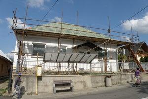 Dom kultúry vo Veľkej Lehôtke dostáva novú strechu.