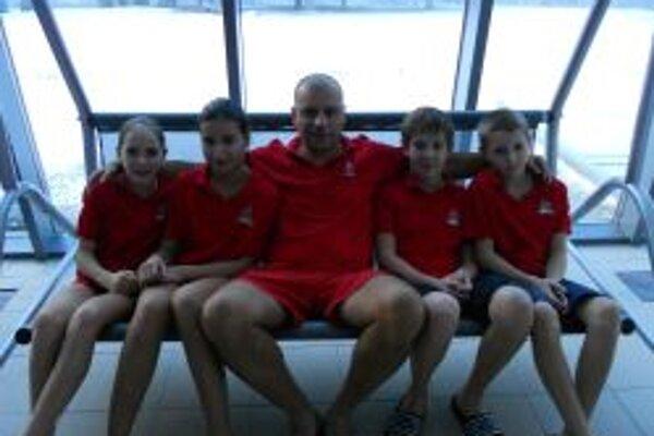 Topoľčianski plavci s trénerom Vladimírom Železníkom.