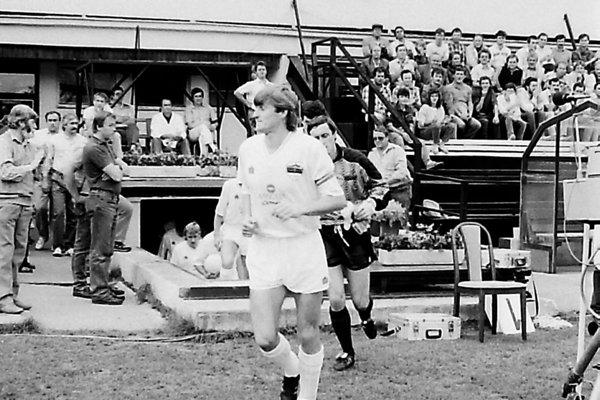 Na archívnej snímke (z iného zápasu) nastupuje v popredí kapitán Nitry Michal Hipp, za ním brankár Peter Paluch. Hipp hral v septembri 1992 za Nitru proti Slavii, ale po jeseni prestúpil práve do tohto pražského klubu.
