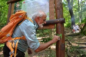 Ján Mičovský, líder zoskupenia Príď a poznaj, porozprával o zaujímavých zastaveniach náučného chodníka.