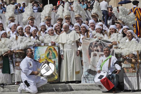 Pápež František v spoločnosti mexických pútnikov na generálnej audiencii na námestí svätého Petra vo Vatikáne.