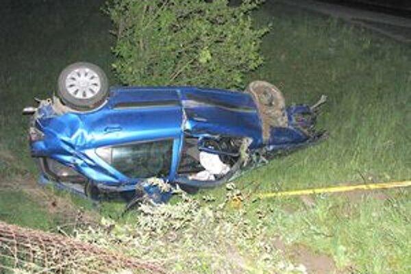 Auto po krkolomnej jazde skončilo na streche.