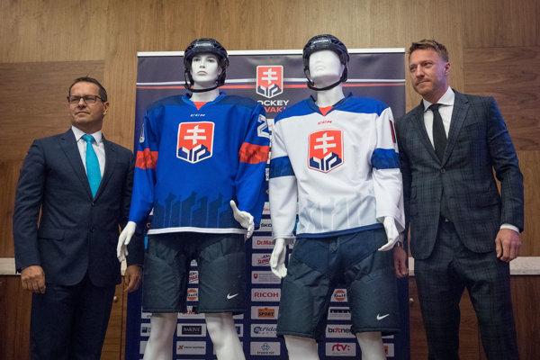 Marián Hossa (vpravo) a šéf hokejového zväzu Martin Kohút počas prezentácie nových reprezentačných dresov.