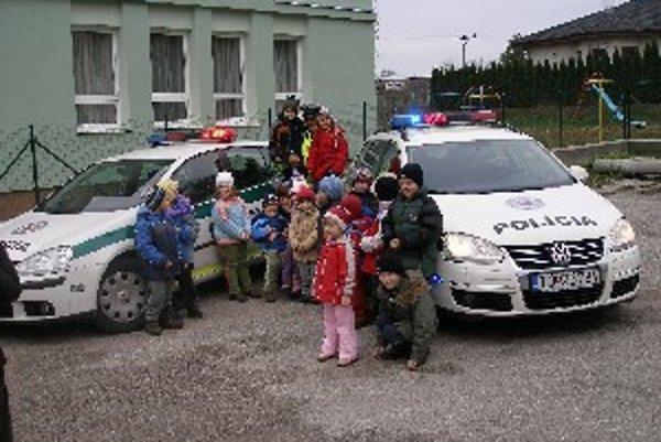 Obhliadka policajných áut mala u detí úspech.