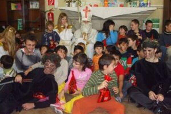 Deti zo špeciálnej školy si pre mikulášsky sprievod prichystali básničky.