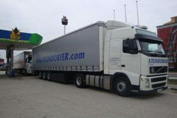 Kamióny protestne stáli na čerpacích staniciach. K blokovaniu ostatných áut neprišlo.
