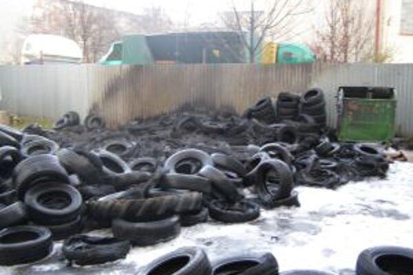 Koncom novembra horeli pneumatiky na Jesenského ulici v Topoľčanoch.
