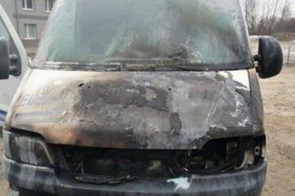 Oheň zanechal na aute riadnu škodu.