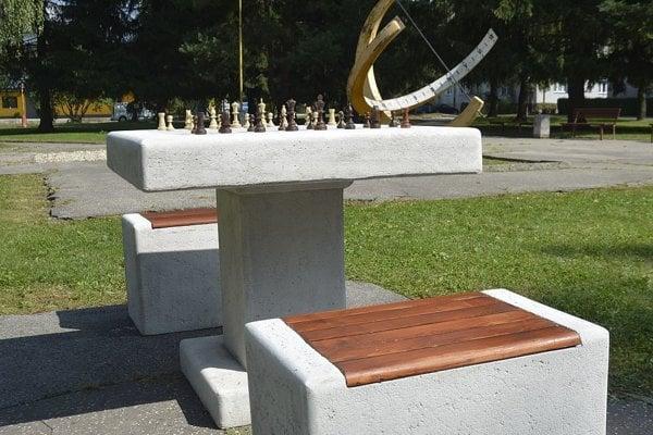Šachy v parku pri slnečných hodinách.