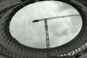 Výstavba jadrovej elektrárne v Mochovciach v roku 1989. Spodná časť rozostavanej siedmej chladiacej veže.