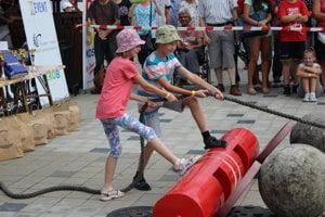 Aj deti ukázali akú majú silu pri ťahaní auta.