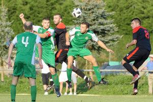 Futbalisti Tlmáč (v čiernom) sú veľkým prekvapením súťaže. Všiestom víťaznom zápase vrade doma zdolali aj Horné Semerovce.