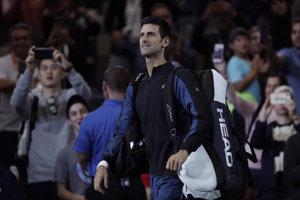 Novak Djokovič prichádza na kurt.