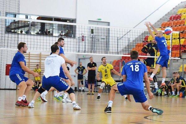 Volejbalisti Nitry (v modrom) prehrali všetky štyri zápasy zhodne 0:3.