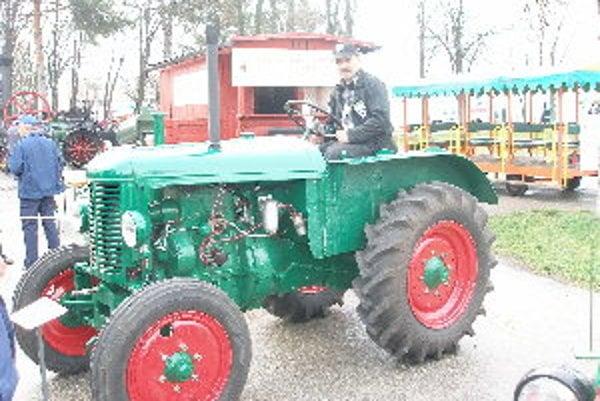 Traktor Petra Kováčika vyrobili v roku 1948 a dosiahne rýchlosť 25 km/h.